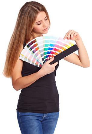 Frau mit Pantone Farbfächer